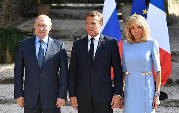 Tổng thống Nga Vladimir Putin, Tổng thống Pháp Emmanuel Macron và Đệ nhất phu nhân Brigitte Macron.