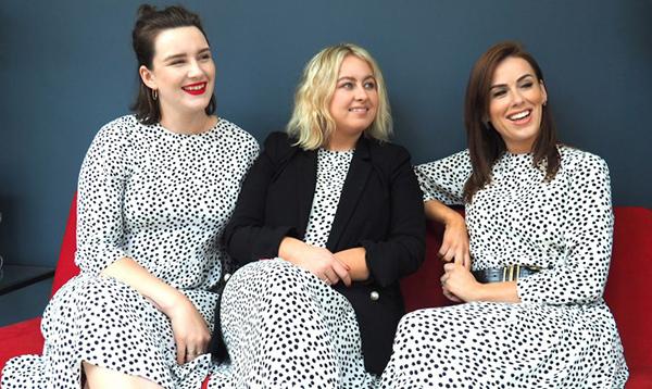 Các biên tập viên thời trang của Glamour mặc váy như đồng phục, mỗi người một cách phối riêng.