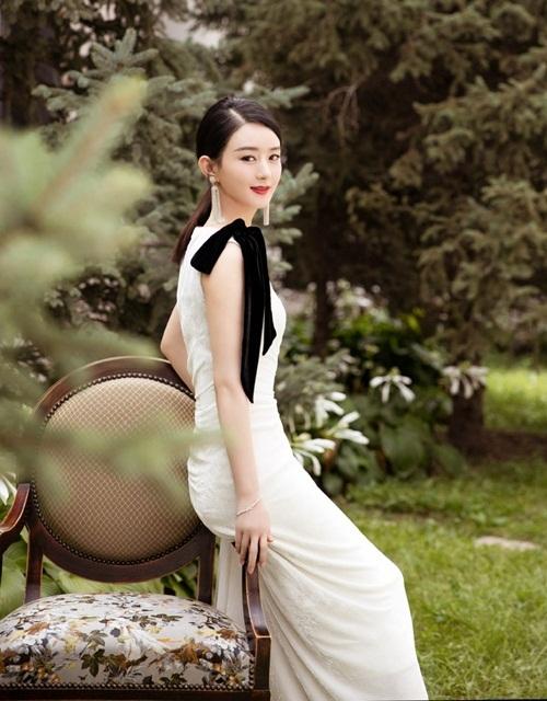 Nữ diễn viên sinh năm 1987 được nhiều khán giả truyền hình yêu mến vì diễn xuất tốt. Bộ phim Minh Lan truyện  do cô đóng chính trước khi nghỉ lấy chồng sinh con gặt hái thành công  về rating lẫn danh tiếng. Nhiều người hâm mộ liên tục giục Triệu Lệ  Dĩnh trở lại màn ảnh nhỏ.