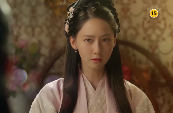 Yoona từng bị coi là thảm họa phim cổ trang khi xuất hiện trong dự án hợp tác với Trung Quốc mang tên Võ thần Triệu Tử Long. Thế nhưng khi về nước và tham gia bộ phim The King Loves, cô đã làm thay đổi suy nghĩ của khán giả. Yoona vào vai Eun San, con gái của một quý tộc giàu có phải giả trai để che giấu thân phận thật của mình, bảo vệ tính mạng. Diễn xuất của Yoona tiến bộ nhiều so với các vai diễn trước đó. Cô thể hiện thành công vai diễn cô tiểu thư có quá khứ đau khổ, với tính cách vừa mạnh mẽ vừa dịu dàng.
