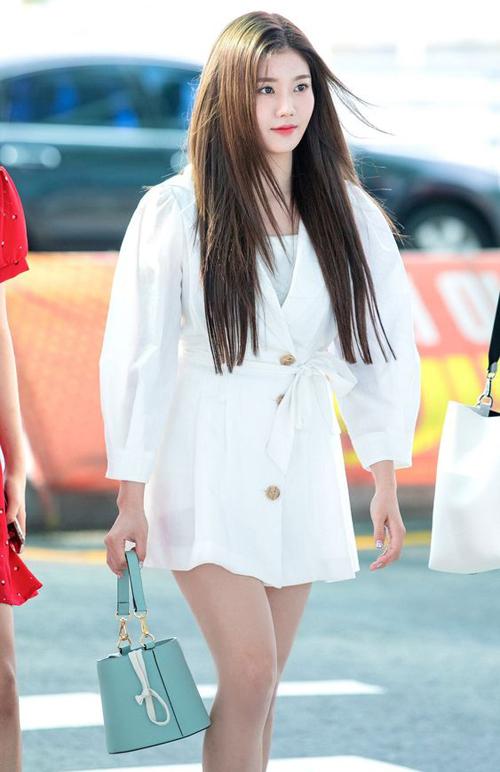 Chiếc túi bucket của hãng Le Masque có thiết kế hình cái xô đi kèm quai xách ngắn rất xinh xắn. Eun Bi (IZONE) chọn tông xanh pastel để diện cùng váy trắng khi ra sân bay.