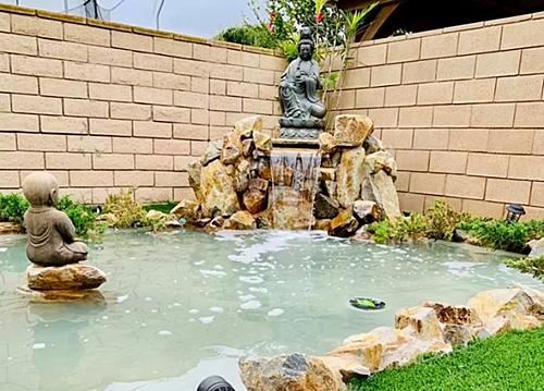 Biệt thự của Lệ Quyên còn có hồ nước và vườn được thiết kế theo phong cách Á đông.