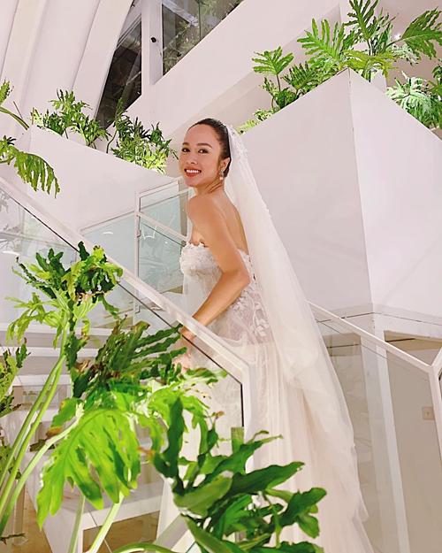 Vũ Ngọc Anh mặc váy cưới.
