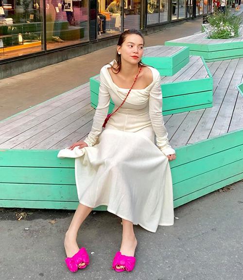 Hà Hồ đổi style kiểu quý tộc khi đi chơi châu Âu. Nữ ca sĩ đầy ngọt ngào khi kết hợp phụ kiện hồng rực đi cùng chiếc váy trắng.