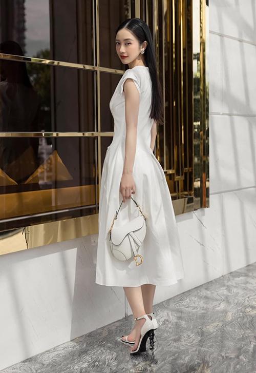 Jun Vũ hóa cô tiểu thư trên đường phố với đồ trắng cả cây.