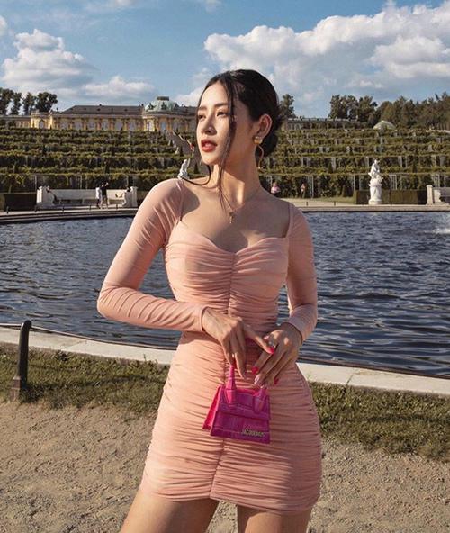 Chiếc váy bèo nhún bó sátgiúp Chi Pu tôn lên đường cong cực phẩm. Cô nàng kết hợp cùng túi xách Jacquemus và sơn móng tay tông xuyệt tông màu hồng neon.