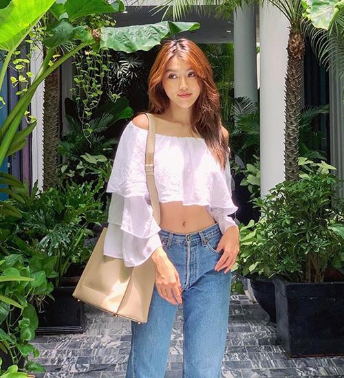 Quỳnh Châu chọn chiếc áo trễ vai nhiều lớp khoe vẻ gợi cảm, nữ tính.