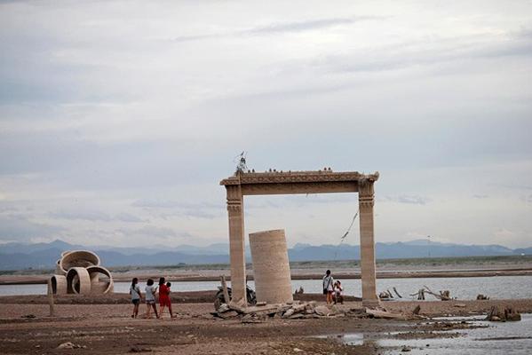 Người dân đến thăm tàn tích còn sót lại của chùa Wat Nong Bua Yai khi mực nước đập xuống thấp vì hạn hán tại Thái Lan. Ảnh: Reuters.
