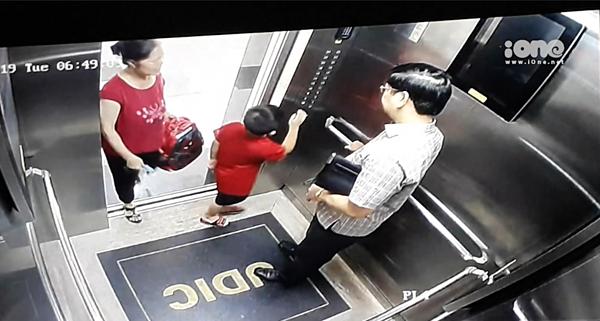 Hình ảnh trích xuất camera lúc người giúp việc đưa cháu Long xuống xe đi học.