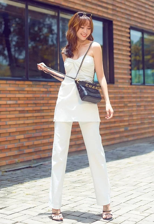 Từ một cô gái có phong cách giản dị, Lan Ngọc ngày càng thăng hạng cả nhan sắc và phong cách, trở thành mỹ nhân sành điệu hàng đầu Vbiz. Dù ít khi khoe khoang bộ sưu tập đồ hiệu nhưng nữ diễn viên cũng sở hữu hàng loạt túi xách đắt đỏ, đến từ những thương hiệu đẳng cấp nhất. Gần đây, cô mới tậu chiếc Chanel GChanel Gabrielle Small Hobo Bag có giá hơn 100 triệu.