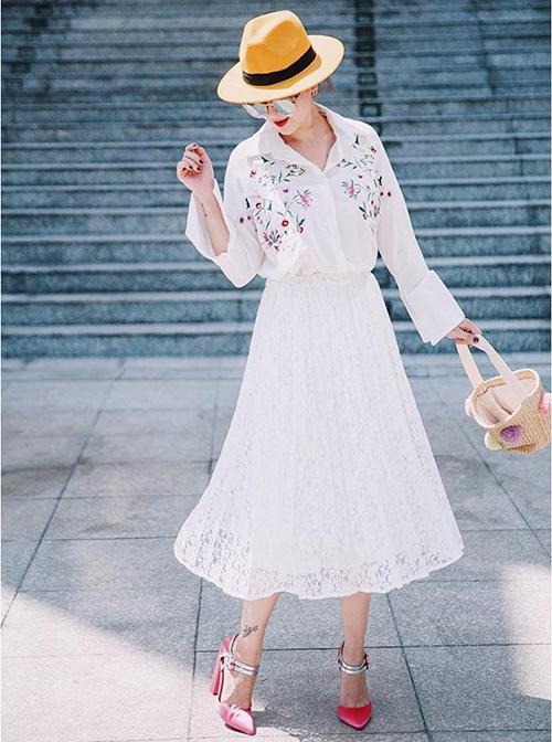 Diện sơ mi trắng cùng chân váy xếp ly và những phụ kiện màu sắc, Yến Nhi tái hiện thành công hình ảnh một cô tiểu thư.