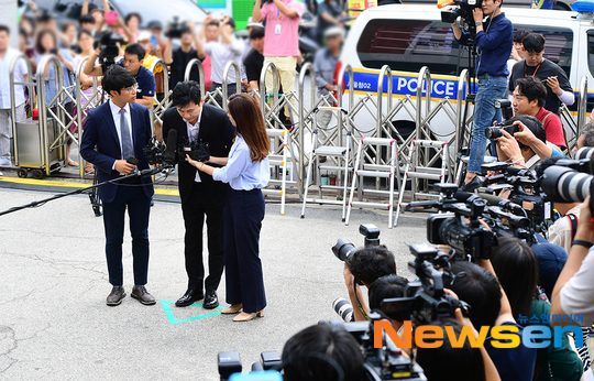 Nhà sáng lập YG cúi đầu chào các phóng viên trước khi vào sở cảnh sát.