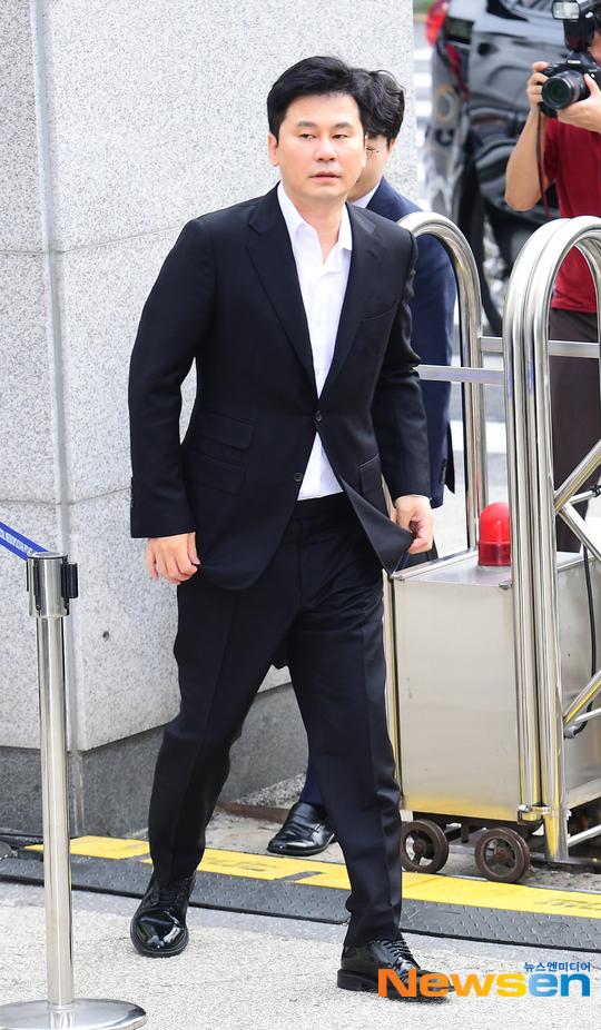 Đi cùng Yang Hyun Suk là luật sư. Ông mặc bộ vest đen đơn giản, không đội mũ như thường lệ.