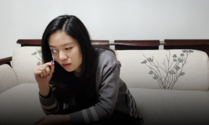 Cô gái mù trở thành nghệ sĩ trang điểm 'thần sầu'