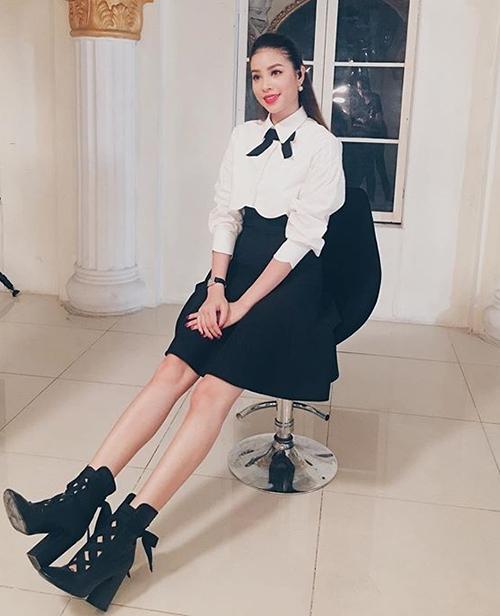 Phạm Hương gợi ý cho các cô gái cách hack tuổi bằng sơ mi trắng. Diện cùng chân váy đen và một chiếc nơ nhỏ xinh ở cổ áo, Hoa hậu trông trẻ trung chẳng khác gì nữ sinh.