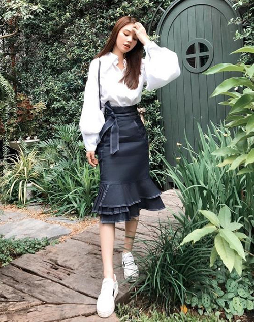 Chân váy denim dài quá gối giúp Jolie Nguyễn trông rất trẻ trung khi dạo phố.