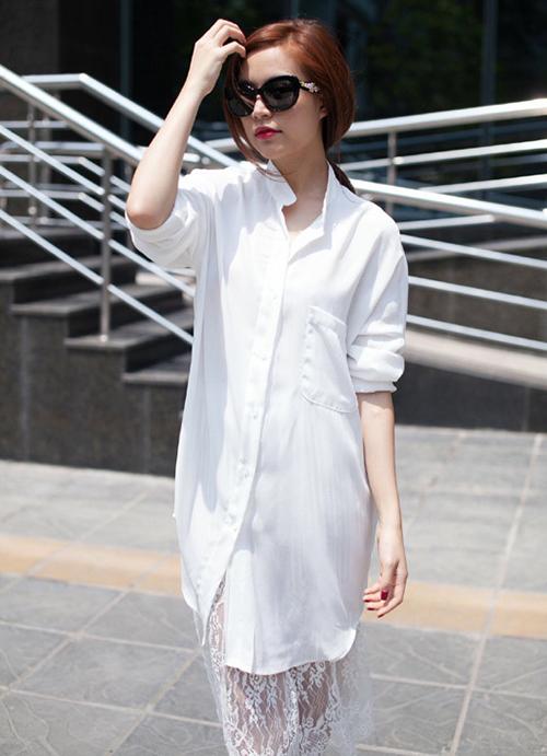 Hoàng Thùy Linh có cách sáng tạo để diện sơ mi trắng dáng dài, đó là biến thành váy bằng việc mix thêm váy ren phía trong.