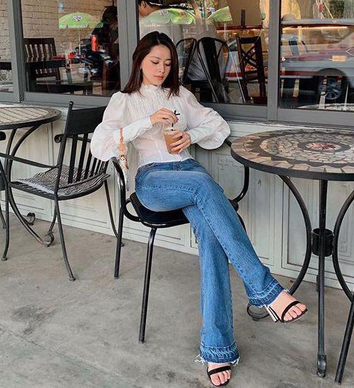 Sơ mi bèo nhún trông sành điệu hơn khi Chi Pu kết hợp cùng quần jeans ống loe kiểu thời trang năm 90.