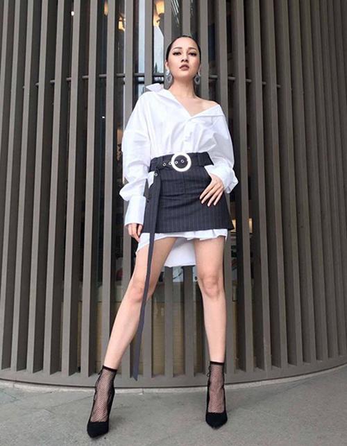 Chiếc sơ mi dáng dài được Bảo Anh layer sáng tạo cùng chân váy jeans phía ngoài, tạo thành một set đồ chất lừ khi đi diễn.