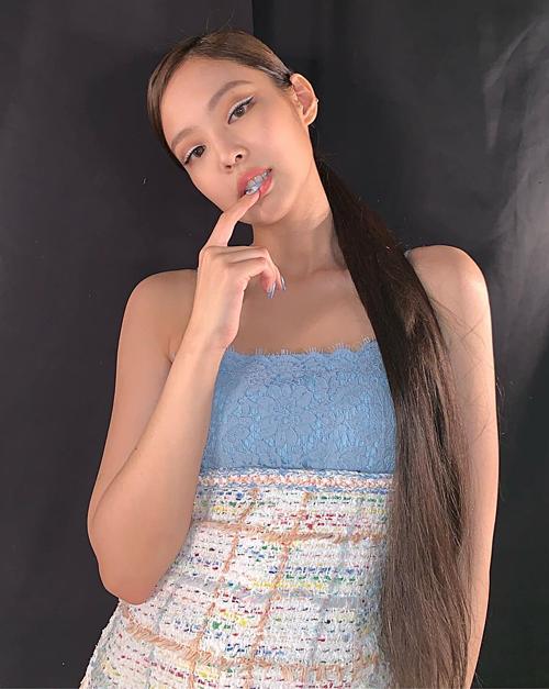 Đường eyeliner màu trắng ấn tượng cùng tông màu váy cũng là gợi ý makeup sáng tạo của
