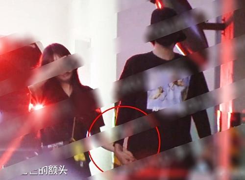 Ngô Diệc Phàm đội mũ, đeo khẩu trang kín khi cùng về nhà với bạn gái. Anh chàng nắm tay bạn gái rất tình cảm.