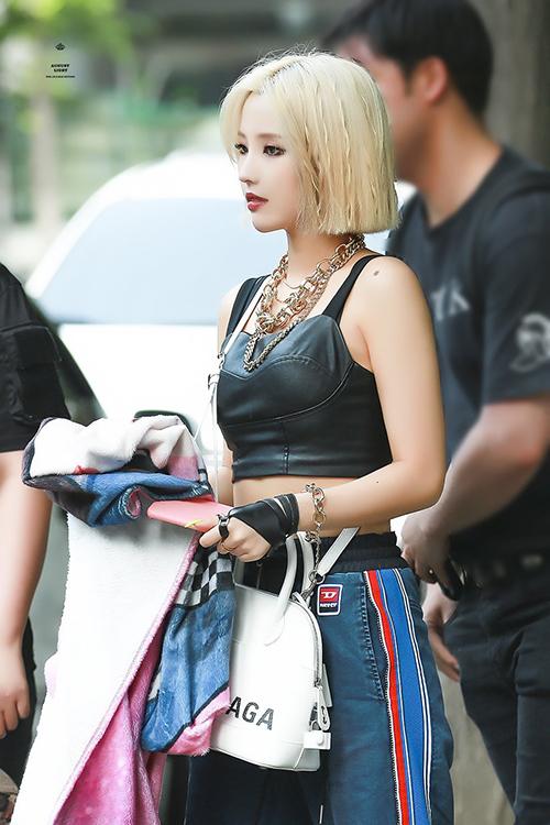 Có thân hình khỏe khoắn, So Yeon rất phù hợp với những item ngổ ngáo, mạnh mẽ.