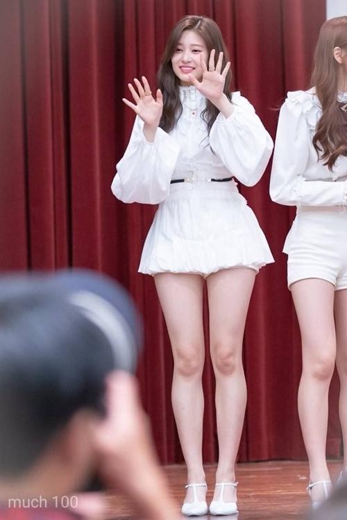 Min Joo từng được bình chọn là một trong những nữ idol thế hệ mới có đôi chân đẹp nhất. Fan cho rằng Min Joo có tỷ lệ cơ thể cân đối, thon gọn nhưng không hề tạo cảm giác gầy gò.