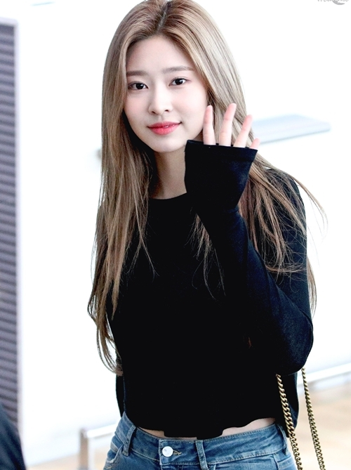 Gương mặt xinh xắn, chiều cao lý tưởng (1,66m), vòng eo nhỏ, vòng hông quyến rũ cùng đôi chân dài thon gọn khiến nữ idol luôn thu hút sự chú ý của ống kính truyền thông.