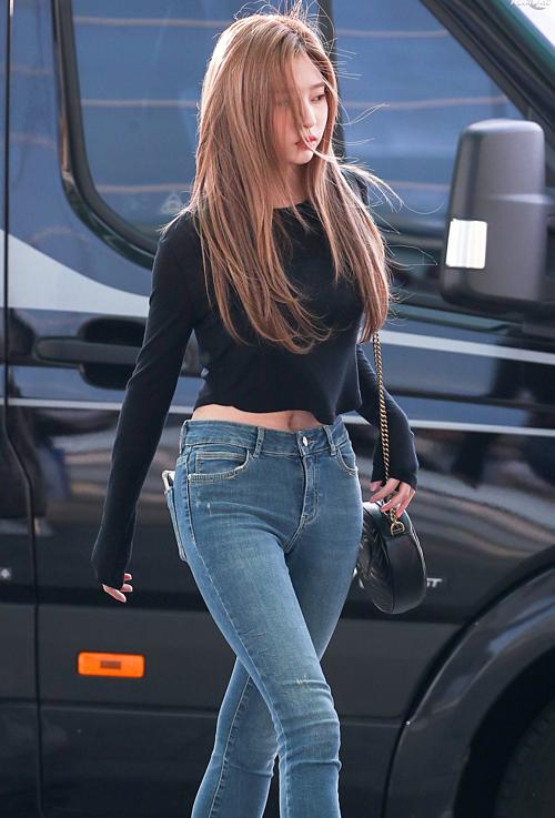 Những khoảnh khắc sải bước ở sân bay của Min Joo trở thànhchủ đề hot trên diễn đàn Instiz. Netizen cho rằng, không phải Jang Won Young mà Min Joo mới chính là thành viên có body đẹp nhất IZONE.
