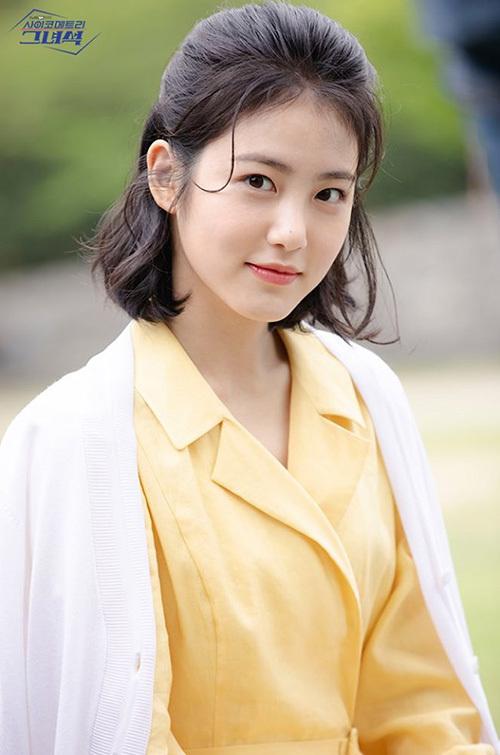 Shin Ye Eun là diễn viên mới nổi thuộc công ty JYP. Cô nàng được chọn làm MC chương trình Music Bank. Ye Eun có nét đẹp trong sáng, nhẹ nhàng cực hợp với kiểu tóc buộc nửa.