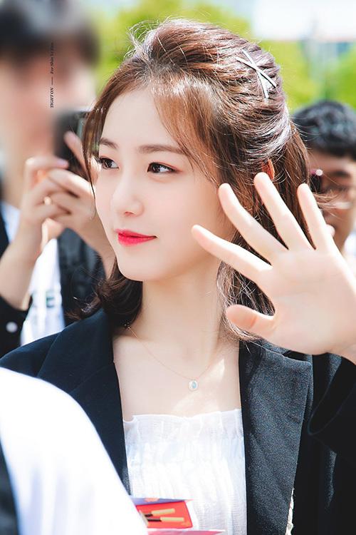 Ye Eun nổi tiếng với kiểu tóc bob ngang vai. Ngôi sao của bộ phim A-Teen tạo sự khác biệt với cách buộc tóc buông lơi, uốn xoăn nhẹ và tô điểm bẳng kẹp tóc cổ điển.