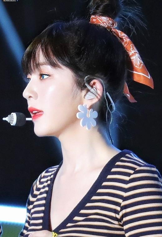 Diện mạo mới này giúp Irene tiếp tục khẳng định đẳng cấp của một visual hàng đầu Kpop. Từ khóa blue lens cũng lọt vào top tìm kiếm tại Hàn Quốc nhờ sức ảnh hưởng của Irene.