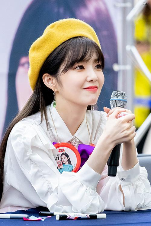 Một chiếc mũ beret giúp Irene nổi bật hơn trên sân khấu. Đây cũng là phụ kiện yêu thích của mỹ nhân nhà SM.