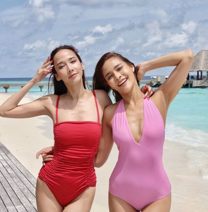 """<p> Nữ minh tinh 7x đọ dáng """"một chín một mười"""" bên cạnh Pooklook Fonthip - Hoa hậu Hoàn vũ Thái Lan 2010 (phải).</p>"""