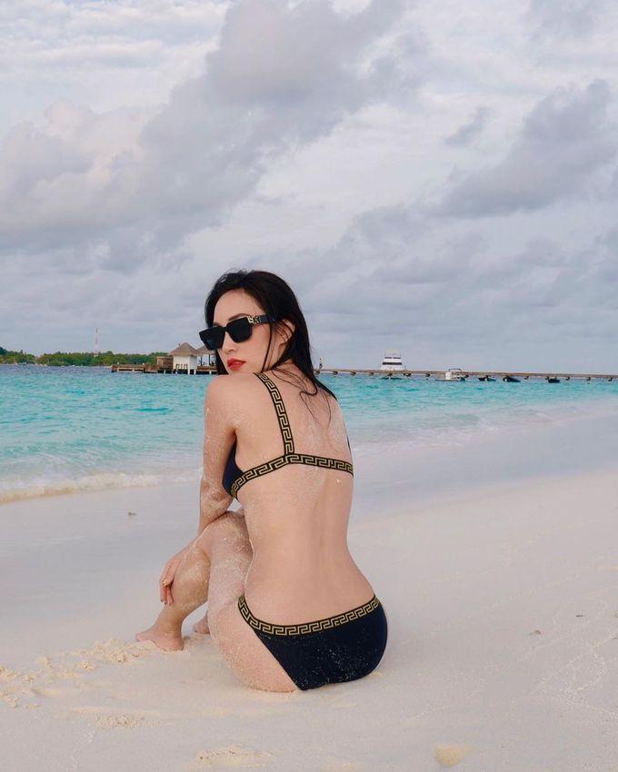 <p> Pitchanart diện kính râm tông xuyệt tông với cả bộ bikini hàng hiệu.</p>
