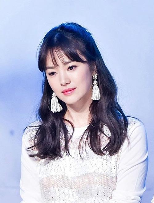 Cách uốn xoăn nhẹ giúp Song Hye Kyo lộng lẫy như một nàng công chúa khi tham dự sự kiện.