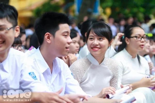 Nhiều trường học yêu cầu học sinh nữ mặc áo dài trong lễ khai giảng.