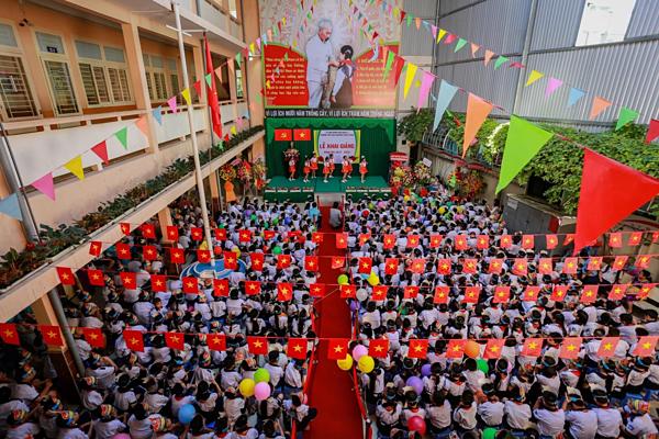Hơn 500 học sinh dự lễ khai giảng trong sân trường khoảng 150 m2 ở TP HCM năm 2017.