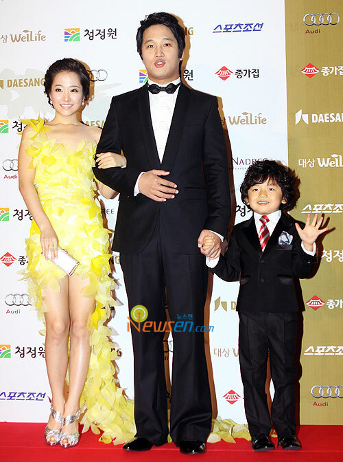 Wang Suk Hyun cùng 2 ngôi sao Cha Tae Hyun và Park Bo Young quảng bá cho phim.