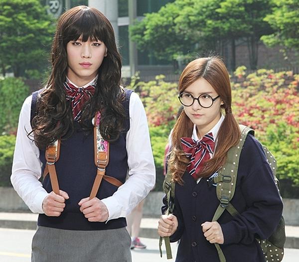 Nữ sinh Seo Kang Joon cao to lực lưỡng cạnh bạn học.