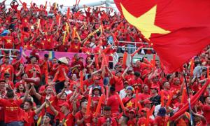 Không khí rộn ràng trên khán đài cổ vũ tuyển Việt Nam