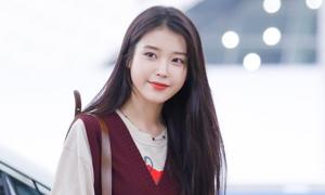IU trông như 'nữ sinh trung học' tại sân bay