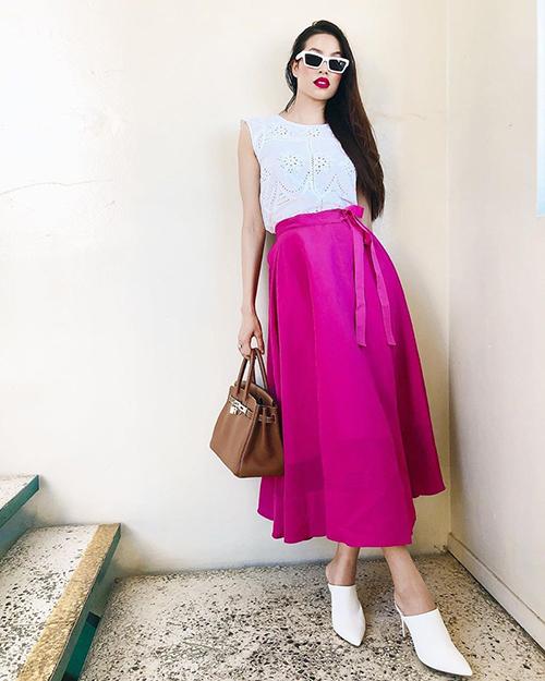 Không những trang phục, phụ kiện mà ngay đến cả cách trang điểm, người đẹp cũng chuyển hướng với layout hồng cánh sen kén mặt.