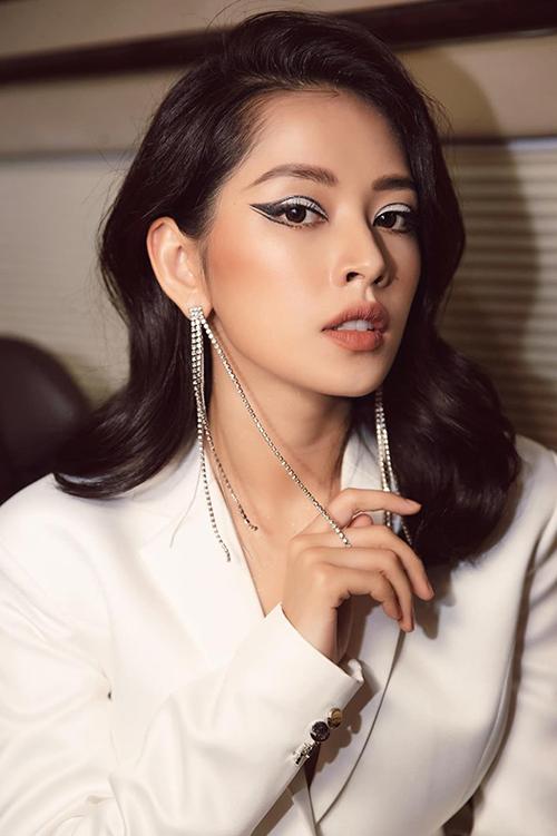 Với gương mặt cân đối, Chi Pu dễ dàng phù hợp nhiều style trang điểm khác nhau. Để tạo vẻ đẹp Tây hơn cho nữ ca sĩ, chuyên gia thường nhấn đậm vào đôi mắt với những cách kẻ vẽ cầu kỳ, sử dụng màu sắc nổi bật.