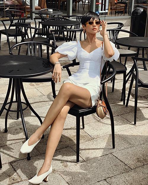 Khánh Linh như một quý cô Paris cổ điển với áo tay bồng, kết hợp giày bà ngoại cùng tông trắng.