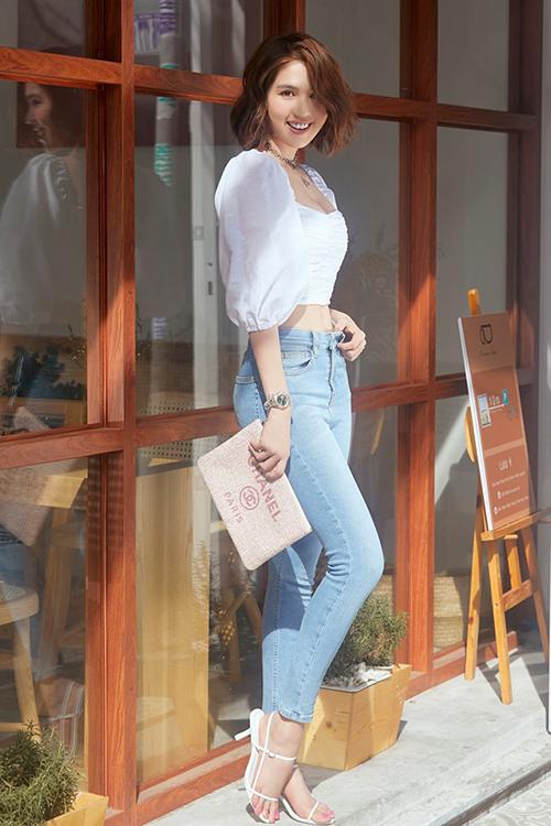 Đã lâu mới diện áo tay bồng và sandals trắng nữ tính sau thời gian theo đuổi street style cool ngầu, Ngọc Trinhnhận được nhiều lời khen.