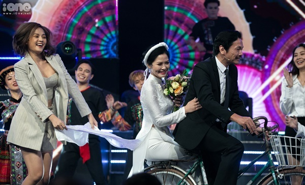 Tiết mục trở nên thú vị hơn khi có sự xuất hiện của cô Hạnh bán hoa (Thúy Hà) và bố Sơn (NSND Trung Anh) - người vừa chiến thắng giải thưởng Nam diễn viên ấn tượng. Trung Anh không ngại chở Thúy Hà bằng xe đạp trên sân khấu.