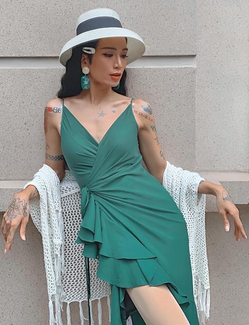 BB Trần điệu đà với chiếc váy xếp bèo.