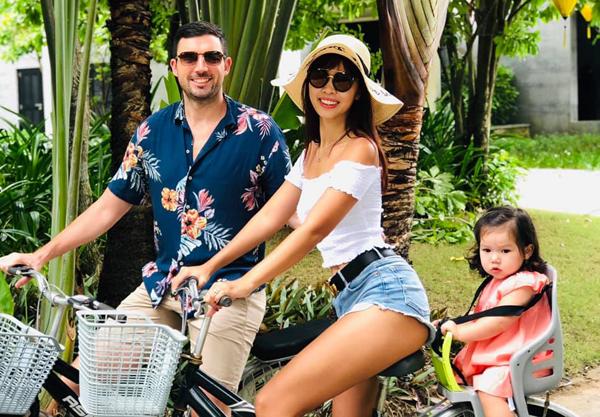 Vợ chồng Hà Anh đưa cô con gái Myla đi nghỉ dưỡng.