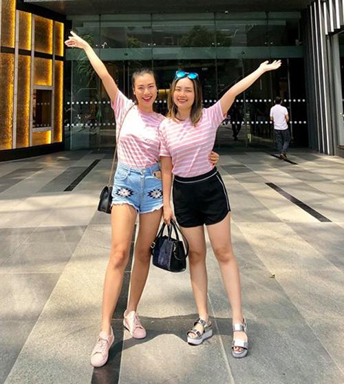 Hoàng Oanh và em gái mặc đồ đôi đi du lịch.